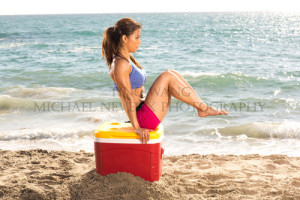 fitness-model-ting-wang-beach-ab-knee-tuck